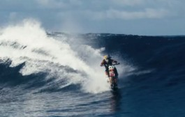مغامر استرالي يتحرك على الماء بدراجته النارية بعد سنتين من التدريب (فيديو)