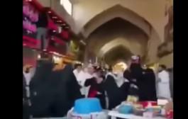 بالفيديو. دباز د النسا السعوديات بالهراوات فوسط السوق