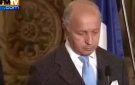 وزير الخارجية الفرنسي يظهر في حالة غير طبيعية بسباب الباركينسول (فيديو)