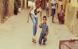 باسكال مشعلاني تلعب الكرة في شوارع الرباط