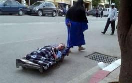لمثل هذا يموت القلب من كمد. صورة لطفل من ذوي الاحتياجات الخاصة تجتاح الفايسبوك وتورط الحكومة (الصورة)