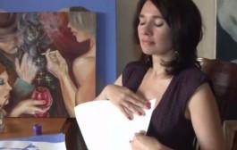أغرب إحتجاج فالعالم. فنانة روسية تحتج برسم لوحات بوتين وميديتيف بصدرها (فيديو)