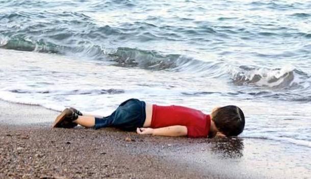 الصورة التي صدمت العالم ونشرتها كبريات الصحف كي يتضامن الغرب مع اللاجئين السوريين