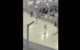 الحج نيو لوك. مبغاش يعذب راسو ويدير الطواف بحالو بحال الناس وجابليهوم التكنولوجيا (فيديو)