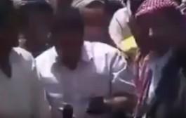 ما عرف الدقة منين جاتو. مراسل الجزيرة يتعرض لسرقة هاتفه على الهواء (فيديو)
