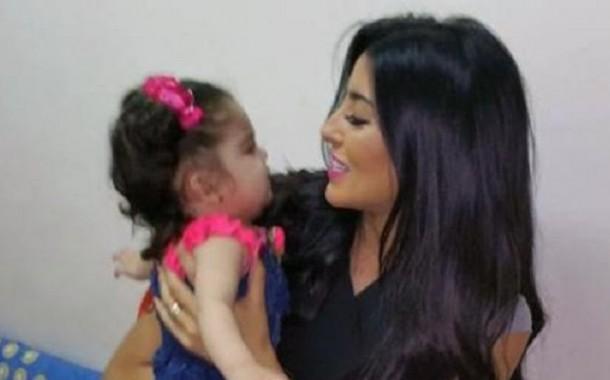 ممثلة مغربية تتكفّل بطفلة سورية (صور)