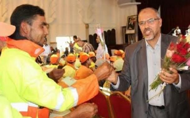 شوفو أش دار عمدة سلا مع عمال النظافة (صورة)