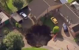 بالفيديو. حفرة بقياس 20 مترا تظهر فجأة في أحد أحياء لندن
