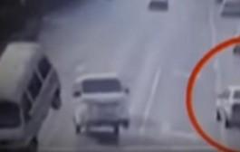 لغز حادث غريب ظهر في فيديو وعجز عن تفسيره الملايين+فيديو