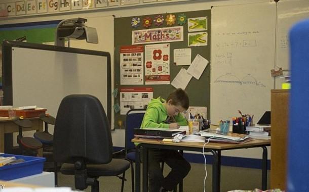 أجيو عندنا نسلفوكوم واحد 10 آلاف تلميذ. طفل يدرس لوحده في مدرسة بإسكتلندا