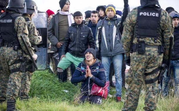 مغاربة وجزائريون يقتحمون حدود مقدونيا للعبور إلى الدول المستضيفة للاجئين عنوة (صور)