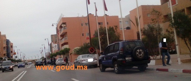 عاجل….مواجهة خايبة بين مواطنين و شرطي مرور بالعيون تسنفر أجهزة الأمن ( صورة حصرية )