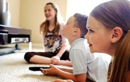 حضيو ولادكم. دراسة: قضاء ساعات طويلة أمام الشاشات يعرض الصغار للاكتئاب