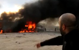 شاحنات تحترق عند معبر بين سوريا وتركيا عقب ما بدا أنها ضربة جوية روسية (فيديو)