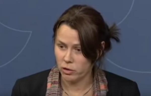 بالفيديو. مسؤولة سويدية تبكي لحظة إعلان التوقف عن استقبال اللاجئين
