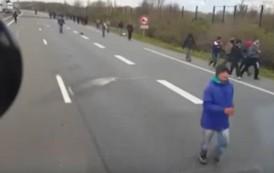 بالفيديو. لاجئون يرشقون سائق شاحنة بالحجارة حاول دهسهم في المجر