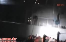 بالفيديو. عنصر من خفر السواحل اليوناني يحاول إغراق زورق مهاجرين عمدا