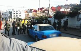 """بالفيديو. مواجهات بين الامن وسائقي الطاكسيات بالحسيمة ورفع شعار """"الله الوطن الشعب"""""""