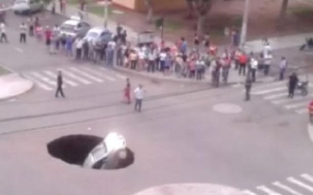 إنقاذ عائلة ابتلعت حفرة ضخمة سيارتهم (فيديو)