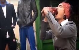هذا فم ولا كراج علال!. نيبالي يحطم الرقم القياسي ويدخل 138 قلم رصاص في فمه دفعة واحدة (فيديو)