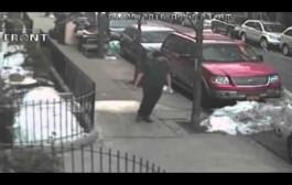 فيديو يوثق لمحاولة شاب إستدراج طفلة في الشارع يقود الشرطة لإعتقال الجاني