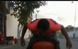 بالفيديو. شاب يحمل بوطا بأسنانه يثير إعجاب الفايسبوكيين