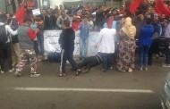 """احتجاج عمال """"مغرب ستيل"""" يرغم مؤسسات ومحلات على إغلاق أبوابها في شارع المال فكازا. إغماءات بعد تدخل أمني عنيف والمحتجون يرددون: غادي تشعل غادي تشعل (صور)"""