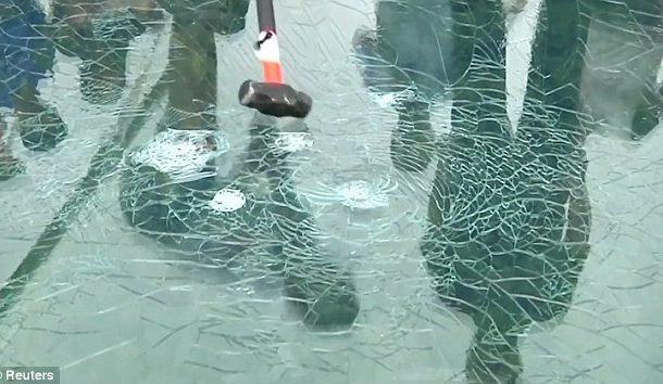 بالفيديو. عمالة فالصين هرسو جسر زجاجي باش يشوفو واش صحيح وميخافش بنادم يدوز عليه