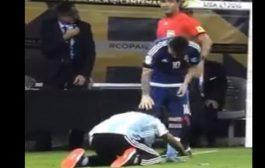 بالفيديو. مشجع أرجنتيني يسجد أمام ميسي