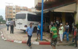 بالصور. حافلة نقل المستخدمين دخلات تقهوة بالمحمدية