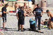"""النشرة الفيسبوكية :حادث إرغام سيدة """"مسلمة"""" على نزع البوركيني باحد شواطئ فرنسا يدفع برواد الموقع الازرق إلى الانقسام:بين ساخط ..ومبارك"""