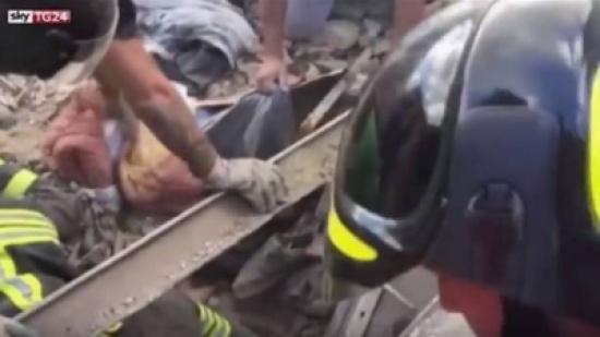 بالفيديو. ها كيفاش خرجو درية عاشت تحت أنقاض إيطاليا من بعد 17 ساعة على الزلزال