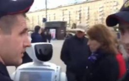 بالفيديو. بوليس روسيا عتاقل روبوت هرب من الشركة لي صنعاتو