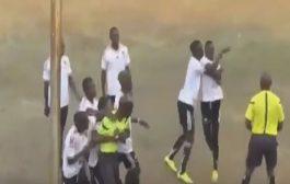 الروح الرياضية فإفريقيا. حكم ولاعب قلبوها بوكس فوسط الملعب! (فيديو)