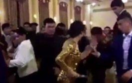 باين لعريس دار معاها شي زبلة. بالفيديو مرا دخلات لعرس وهزات سكين وبدات كتشير على البشر