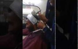لمغاربة ديما عندهوم الجديد.. حلاق كيحسن للزباء ديالو بالساطور والمطرقة +فيديو