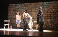 """بالفيديو. ممثلان يتعريان أمام الجمهور في مسرحية """"التعرية بالشوية"""" في الحسيمة"""