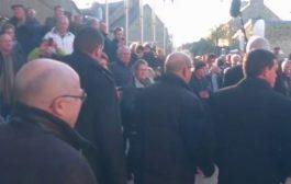 بالفيديو. شاب فرنسي بغا يصرفق رئيس الحكومة الفرنسية السابق وها شكون منعو