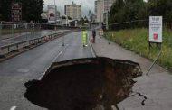 بالفيديو. روسي بلعاتو حفرة فوسط الشارع !