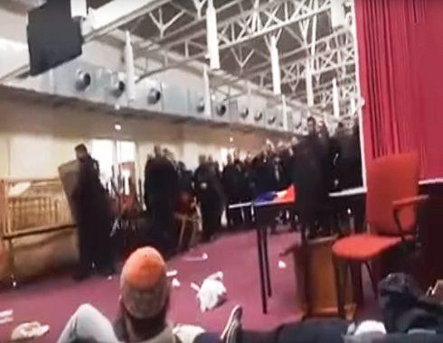 بالفيديو. بوليس فرنسا دخل فمواجهات مع مصلين داخل مسجد باش يخويه