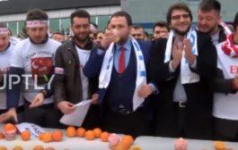 التركيين مكبتينها مع الهولنديين. دارو احتجاج غريب على هولندا (فيديو)