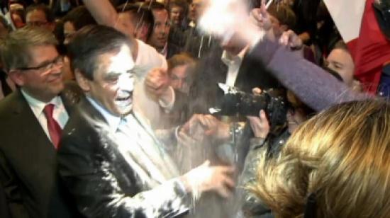 بالفيديو. شاب رما الطحين على وجه المرشح الفرنسي فرانسوا فيون