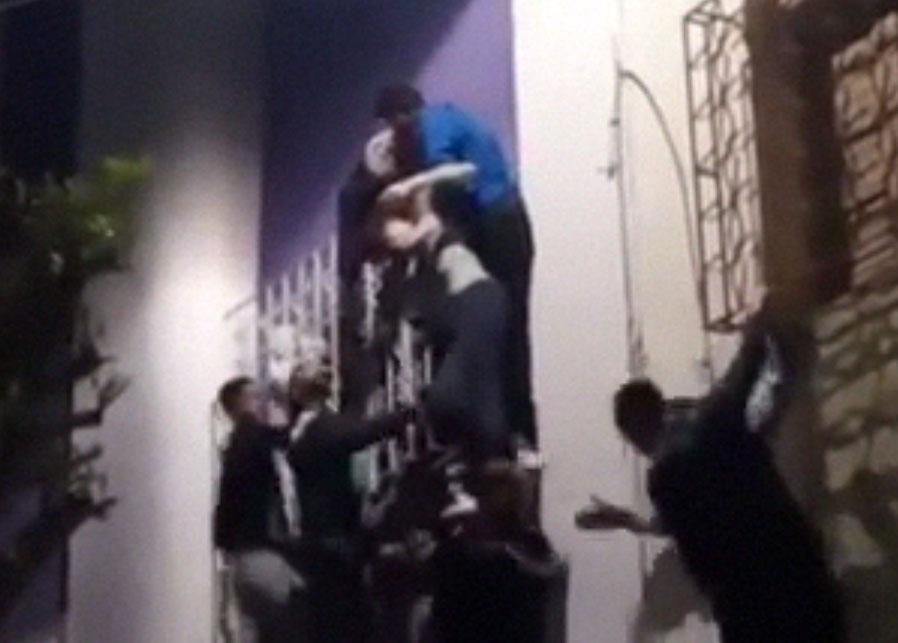 بالفيديو. شباب فمكناس ينقذون سائحة من الانتحار بمكناس