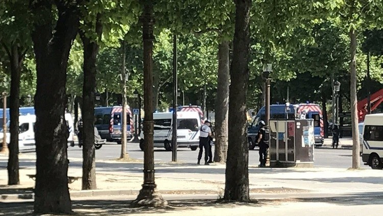 عاجل: انفجار سيارة وسط الشانزليزي والشرطة الفرنسية تعتقل سائقها المُسلّح