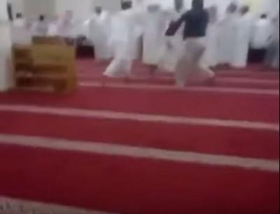 اشمن فريق بينهوم وبين لي كيحرق القران. بالفيديو دباز بين سعوديين فمسجد ستعملو فيه المصاحف كأسلحة