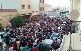 العروي. مسيرة حراكية تتحول إلى إعتصام أمام مخفر الدرك بسبب إعتقال نشطاء من الحراك (فيديو وصور)