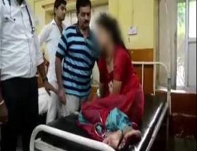 قرا الطب فالزاوية. بالفيديو طبيب يعالج مريضة بالضرب باش يخرجوا منها الجنون