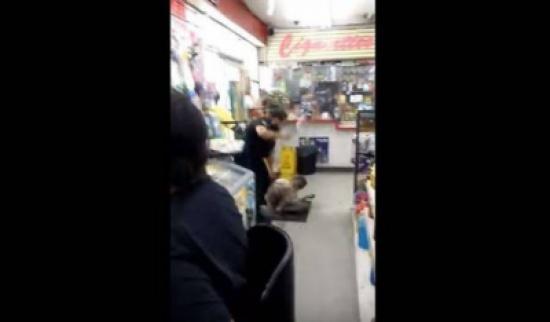 بالفيديو. شرطي عنصري سلخ شارفة من أصول إفريقية