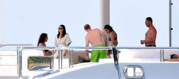 أميرات وأمراء سعوديون بملابس البحر على يخت ثمنه 160 مليون دولار (صور وفيديو)