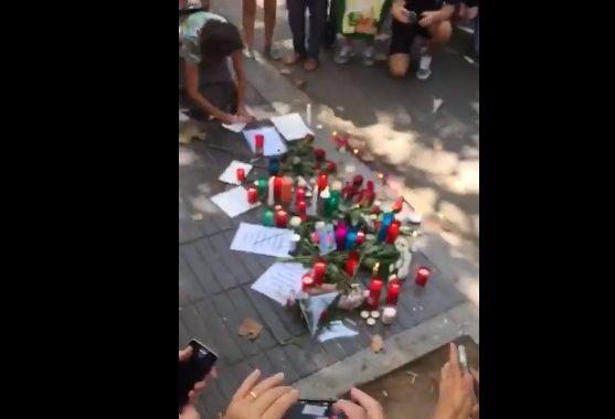 هكذا حزنت إسبانيا على ضحايا العملية الإرهابية اللّي ماتو فيها 14 لواحد فوسط برشلونة (فيديو حصري)